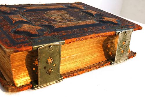 歴史をイメージする古い本